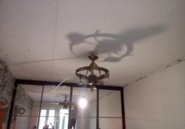 Установка натяжного потолка в спальню площадью 17 м²