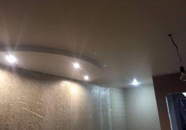 Установка натяжных потолков в квартире на Ферганской улице 45 м²