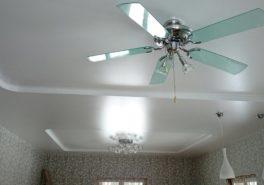 Установка потолка в гостиной площадью 35 м²