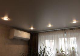 Установка натяжного потолка в комнате площадью 14 м²